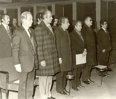 <p>Mimarlar  Odası'nın 22. Genel Kurulu'nda Saygı Duruşu, 1976.(solda sağa) Cemil Gerçek,  Doğan Ersoy (Ankara Belediyesi Başkan Yardımcısı), VedatDalokay (Ankara  Belediyesi Başkanı, Mimar), Maruf Önal, Selahattin Babüroğlu(İnşaat Mühendisi,  İller Bankası Yönetim Kurulu Başkanı, 1971 ve 1974 Erim ve Sadi Irmak  Bayındırlık Bakanı)<br />Kaynak:  MO Genel Merkez Arşivi</p>