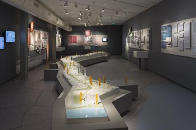 <p><strong>2.</strong> Çeperde, İstanbul Kara Surları sergisi için  üretilmiş olan 1/500 ölçekli maket<br />Kaynak: Koç  Üniversitesi ANAMED Arşivi</p>