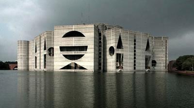 <p><strong>2. </strong>Bangladeş Parlamento Binası (Dakka, Bangladeş,  1962-83) ve geometrik kütle anlayışı<br />Kaynak: www.openbuildings.com/buildings/bangladesh-national-assembly-building-profile-2655, [Erişim: 20.01.2016]