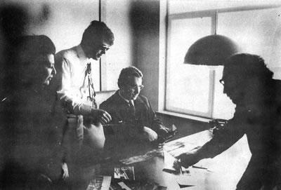 <p><strong>2. </strong>Bir yurt  gezisinde öğrencilerinden Burhan Karoğlunun bürosunda, 1972<br />  Kaynak: 1985, <em>Prof. Ö.  Maruf Önal</em></p>