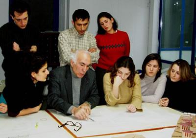 """<p>Ataman  Demir bir """"proje tashihi"""" sırasında öğrencilerle beraber</p>"""