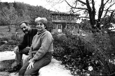<p>Yalova Çukurköy'de inşa  ettikleri evin bahçesinde, Engin ve Besim Çeçener, 1992<br />   Fotoğraf: Samih Rıfat</p>