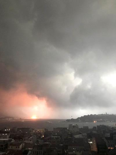 <p><strong>2.</strong> Can  kaybının yaşanmadığı düşen yıldırımlardan kaynaklanan Haydarpaşa civarındaki  yangın.</p>