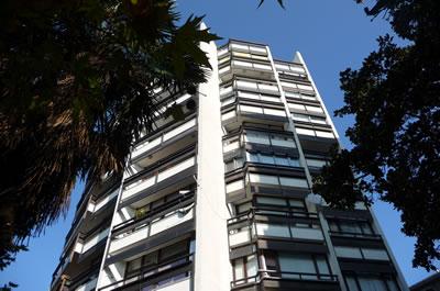 <p><strong>21. </strong>Kaplancalı  Apartmanı, manzaraya yönlenen cephe<br />  Fotoğraf: B. S. Coşkun, 15.11.2010.</p>