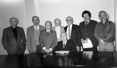 <p><strong>Resim </strong><strong>2.</strong> Mimarlık Vakfı Kurucu Heyeti (soldan sağa): Orhan  Şahinler, Engin Omacan, Maruf Önal, Niyazi Duranay, Asım Mutlu (oturan), Utarit  İzgi, Oktay Ekinci, Şener Özler, 4 Mayıs 1995.<br />   Kaynak: Mimarlar Odası  İstanbul BK Şener Özler Arşiv ve Dokümantasyon Merkezi</p>