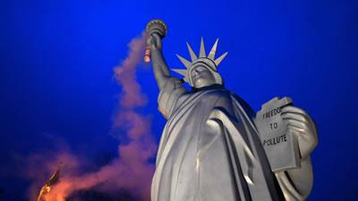 <p><strong>2.</strong> Danimarkalı sanatçı Jens Galschiotun  Bonn iklim görüşmeleri için hazırladığı Amerikan Özgürlük Heykeli replikası<br />Kaynak: Patrik Stollarz, AFP, Getty Images