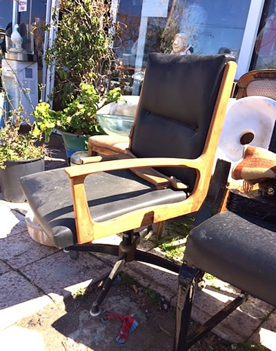 <p><strong>2. </strong>Alaçatı da bir  antikacıdan temin edilen 1960 lı yıllara ait çalışma sandalyesinin onarım  öncesi görünümü</p>