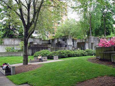 <p><strong>2.</strong> Freeway Park, Seattle, Washington Eyaleti.  Angela Danadjieva nın yönlendirmesi ile Lawrence Halprin &amp; Associates  tarafından tasarlandı, 1976 da açılışı yapıldı.<br />   Fotoğraf: Taner R. Özdil </p>