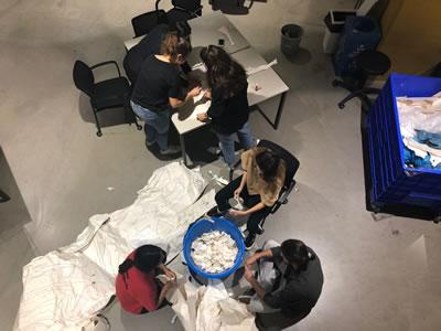 """<p><strong>2.</strong> Stüdyo üretiminde malzeme geri dönüşümü ve yeniden kullanımı: MEF Üniversitesi,  2018 Güz, Tomris Akın """"Waste as a Potential"""" stüdyosu.<br />   Fotoğraf:  Ayşenur Naçar</p>"""