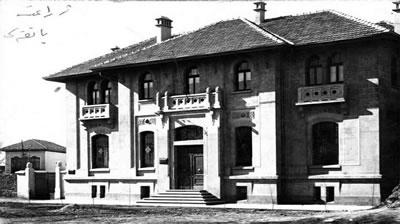 <p><strong>2. </strong>Ziraat Bankası Konya Şubesi<br /> Kaynak: http://media-cache-ak0.pinimg.com/736x/8f/71/32/8f713219becd11d866cde858091924f0.jpg  [Erişim: 01.06.2017]<strong> </strong></p>