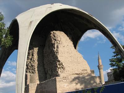 <p><strong>2.</strong> Kılıçarslan Köşkü üzerindeki koruma  çatısı, 2012<br />   Fotoğraf: Zeynep Eres </p>
