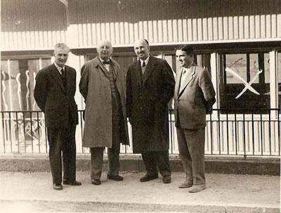 <p><strong>2.</strong> Dudok, Belediye İmar Müdürü Rıza Aşkan, Belediye mimarı Harbi Hotan ve şehircilik  danışmanı Prof. Kemal Ahmet Arû, İzmir, Şubat 1954<br />   Kaynak: Kişisel  arşiv.</p>
