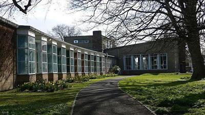 <p><strong>2.</strong> Gropiusun Impington Köy Koleji  Tasarımı<br />   Kaynak: Smith, M, 2007,  i2.wp.com/infed.org/mobi/wp-content/uploads/2013/04/impington-college-justinc-wikimedia-ccbyassa2.jpg</p>
