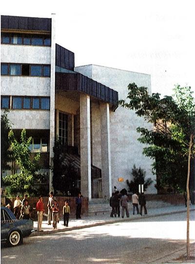 <p><strong>2. </strong>Van Merkez Bankası binası<br />   Kaynak: <strong>Mimarlık</strong>, 2001, s.27.</p>
