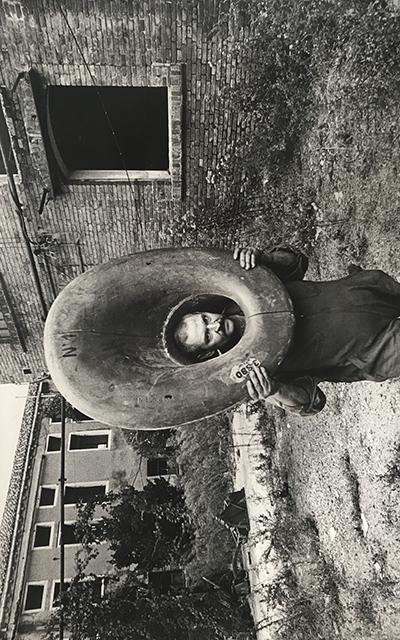 <p><strong>2.</strong> Parçaları Toplamak:  Bernhard Lüginbühl Giudeccadaki eski tersaneden bulduğu parçaları taşırken <br />   Kaynak: ASAC, 1975: A.V.104.1975.3; 2</p>