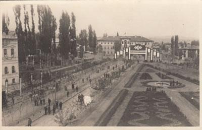 <p><strong>2. </strong>Açılışının ardından Tren İstasyonu ve Hükümet  Konağını bağlayan İstasyon Caddesini gösterir bir kartpostal<strong> </strong></p>