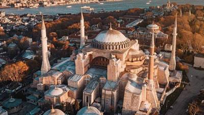 <p><strong>2. </strong>6.yüzyıldan itibaren  kilise olarak kullanılan yapı, 1453 te İstanbulun fethiyle camiye çevrilir. 482  yıl cami olarak kullanıldıktan sonra 1935 te müze olarak ziyarete açılmış, 10  Temmuz 2020 de statüsü yeniden camiye çevrilmiştir.</p>