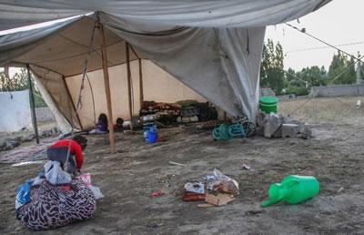 <p><strong>2.</strong> Yaşanabilirliğin  eşiğinde olma hali bir Suriyeli göçmen çocuğun bedeninde nasıl hayat bulabilir.  Kamp ile kent arasında bir fark kalır mı?<br /> Kaynak: https://beyond.istanbul/refakatsiz-suriyeli-bir-çocuğun-mahalleli-olma-hakkı-ve-sokaklarla-i̇mtihanı-e6b5fcf8d0c9  [Erişim: 01.12.2020]</p>
