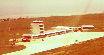<p><strong>2.</strong> 1950 lerde Hava Meydanları  İnşaat Müdürlüğündeki çalışmalarından (uygulama projesi Danyal Çiper)- Samsun  Hava Meydanı Terminal Binası<br /> Kaynak: <em>Mimar Nejat Ersin</em> kitabı s. 75,  NEFAYSH002</p>