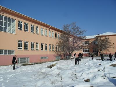 <p><strong>23a.</strong> 1965 yılında yapılan Okul binası ve  planı</p>