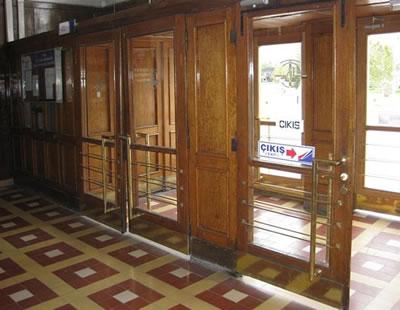 25. Ali Çetinkaya İstasyonu giriş kapıları ve gişe bölümü.