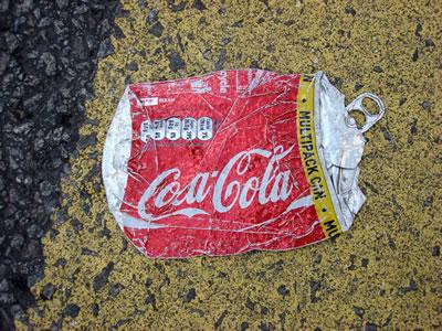<p><strong>2.</strong> Ezilmiş bir Coca-Cola kutusu<br />Kaynak: Wikimedia, CC BY-SA 3.0 (URL2)</p>
