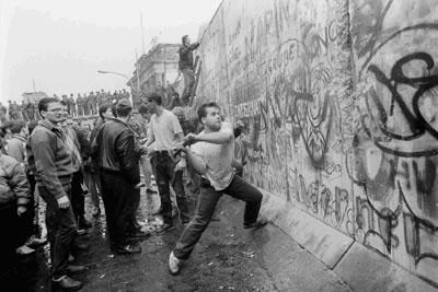 <p><strong>Resim 2.</strong><br /> Kaynak:  www.tunewsfeed.com/actualidad/25-anos-de-la-caida-del-muro-de-berlin-en-25-imagenes/  [Erişim:10.12.2014]</p>