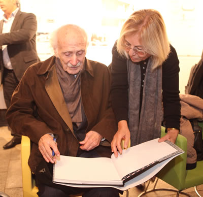 <p>Prof. Orhan Şahinler, Tophane-i Amire  Tek Kubbe Salonu&rsquo;ndaki sergi açılışında Prof. Nesrin Dengiz ile birlikte <em>Orhan Şahinler: Mimarlıkla 60 Yıl</em> kitabını  imzalarken<br />  Fotoğraf: Saliha Draman</p>