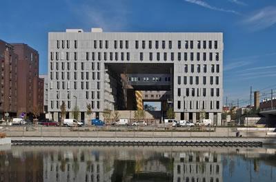 <p><strong>2.</strong> Monolith Ofis  Binası (MVRDV)<br />Kaynak: architecture.mapolismagazin.com/mvrdv-le-monolithe-residential-block-lyon  [Erişim: 05.02.2015]</p>