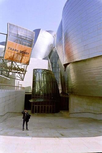 <p><strong>Resim  2.</strong> Bilbao Guggenheim  Müzesi, Vurgu: Frank Gehry<br />  Fotoğraf: Çiğdem Polatoğlu</p>