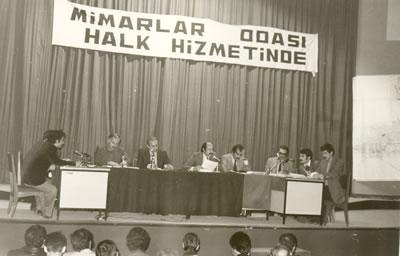 <p>25 Ekim 1976 Adana Kent  Toprakları Semineri<br />  Kaynak:  Mimarlar Odası Arşivi</p>
