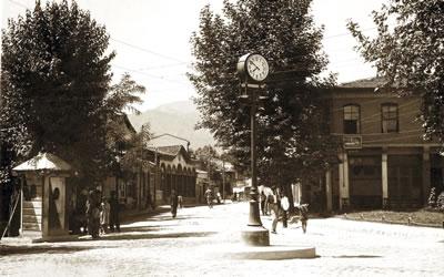 <p><strong>2. </strong>Denizli Delikliçınar  Meydanı, 1945<br />Kaynak: Coşkun Önen</p>