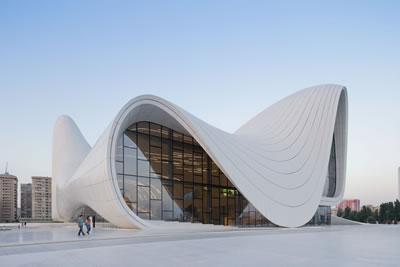 <p><strong>2.</strong> Zaha Hadid Heydar Aliyev Center<br />Kaynak: www.archdaily.com/448774/heydar-aliyev-center-zaha-hadid-architects/ [Erişim: 26.05.2015]