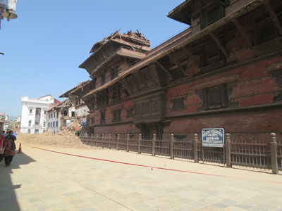<p><strong>Resim 2.</strong> Hanuman Dhoka'da saray ve tapınak binasında hasar durumu<br />  Fotoğraf:  GEA-SAR</p>