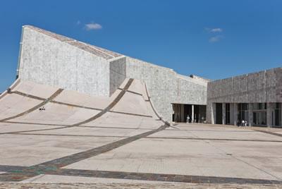 <p><strong>Resim  2. </strong>Güçlü  doğa-yapı ilişkisi algıda ikilemler doğurur. Görünen bir bina mı, jeolojik  kuvvetlerin biçimlendirdiği bir peyzaj mıdır; kutsal alan mı, kültür merkezi  midir?<br />Kaynak: upload.wikimedia.org/wikipedia/commons/c/cd/2011-08-17_Cidade_da_Cultura. _Santiago _de_Compostela-C04.jpg?uselang=tr [Erişim: 01.08.2015]