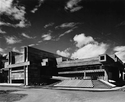 <p><strong>2a.</strong> Ōita Valilik Kütüphanesi, 1962-66,  Ōita, Japonya<br />   Fotoğraf: Yasuhiro  Ishimoto<br />   Kaynak: Arata Isozaki and  Associates</p>