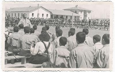 <p><strong>2a.</strong> Akçadağ Köy Enstitüsünde etkinlik ve  tören, 1942.<strong></strong><br /> Kaynak:  Malatya Valiliği Arşivi<strong></strong></p>