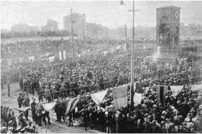 """<p><strong>2a. </strong>Pietro Canonica  tarafından tasarlananan Taksim Cumhuriyet Anıtı, 8 Ağustos 1928 de yılında  gerçekleşen bir törenle ziyarete açılmış.</p>Kaynak: Cengiz Kahraman arşivi. Kuruyazıcı, Hasan, 2014, """"Cumhuriyetin İstanbuldaki Simgesi Taksim Cumhuriyet Meydanı"""", İTÜ Vakfı, sayı:63."""