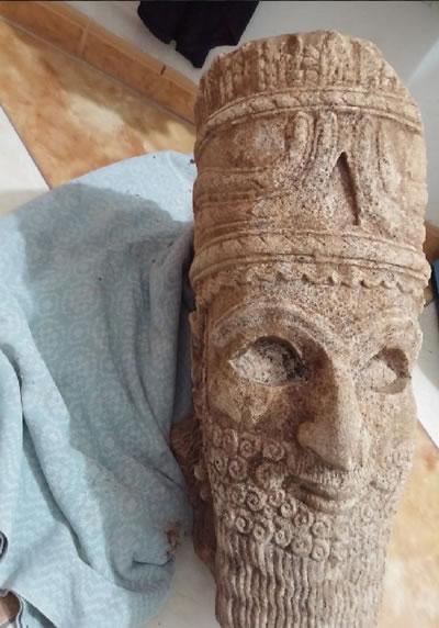 <p><strong>2a. </strong>Abu Sayyaf'ın  arşivinde bulunan tarihî eserler<br />  Kaynak: URL1.</p>