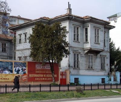 <p><strong>2a.</strong> Samsun Devlet Demiryolu Lojmanı, A ve B Blok; Demirspor Lokali, C Blok<br />  Kaynak: Mustafa Güner</p>
