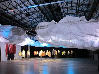 <em>Resim  2a</em> <em>Tekstil  fuarı sırasında yapı</em>, Fotolar: Dimitra Babalis, Haziran 2012.<br />
