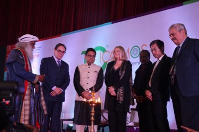 <p><strong>2a.</strong> Genel Kurul açılışında toplantıların sonuna kadar  yanacak ve kültür değerlerini ışığı ile aydınlatacak olan meşale Hindistanın  önemli Yoga üstatlarından ve ülkenin en önemli ekolojik girişimlerinden biri  olan Green Hand Organizasyonunun kurucusu Sadhguru ve evsahibi ülke ICOMOS  Hindistan Başkanı Rohit Jigyasu ve konuk konuşmacılar tarafından yakıldı. </p>