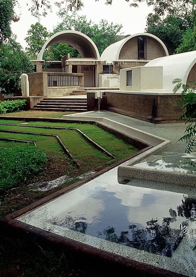 <p><strong>2a.</strong> Sangath Architects  Studio, 1980, Ahmedabad-Hindistan</p>