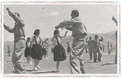 <p><strong>2b.</strong> Akçadağ Köy Enstitüsünde etkinlik ve  tören, 1942.<strong></strong><br /> Kaynak:  Malatya Valiliği Arşivi<strong></strong></p>