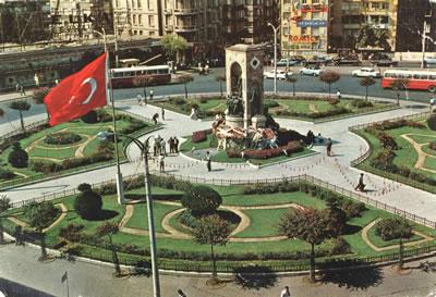<p><strong>2. </strong>Pietro Canonica  tarafından tasarlananan Taksim Cumhuriyet Anıtı, 8 Ağustos 1928 de yılında  gerçekleşen bir törenle ziyarete açılmış.</p>Kaynak: Doğan Hasol arşivi