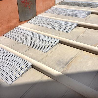 <p>Bedensel engellilerin tarihî köprüyü  geçebilmeleri için ek rampa düzenlemesi, Venedik, İtalya.</p>