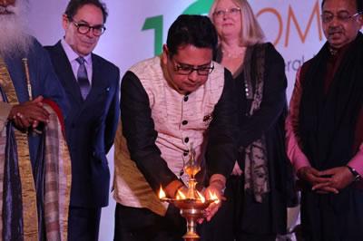 <p><strong>2b.</strong> Genel Kurul açılışında toplantıların sonuna kadar  yanacak ve kültür değerlerini ışığı ile aydınlatacak olan meşale Hindistanın  önemli Yoga üstatlarından ve ülkenin en önemli ekolojik girişimlerinden biri  olan Green Hand Organizasyonunun kurucusu Sadhguru ve evsahibi ülke ICOMOS  Hindistan Başkanı Rohit Jigyasu ve konuk konuşmacılar tarafından yakıldı. </p>