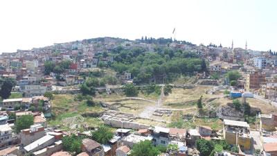 <p><strong>2b.</strong> Smyrna Antik  Tiyatrosunda çalışmalar devam ederken, 2018.<br />   İzmir  Büyükşehir Belediyesi İzmir Tarih Proje Arşivi</p>
