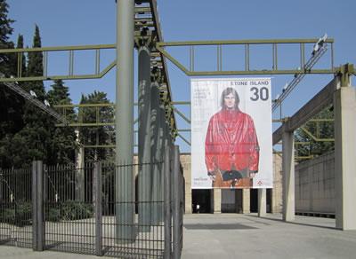 <em>Resim  2c</em> <em>Tekstil  fuarı sırasında yapı</em>, Fotolar: Dimitra Babalis, Haziran 2012.<br />