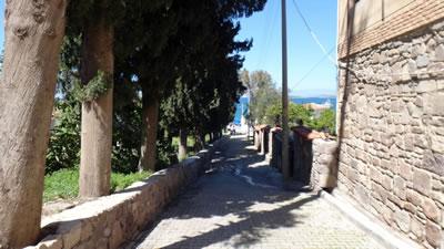 <p><strong>Resim 3(a).</strong> Ildırı, Köy Meydanı'ndan denize  dik üç sokaktan görünüm</p>